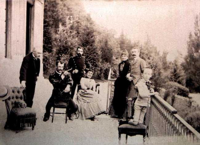 Famiglia Faraggiana davanti al Museo Meina