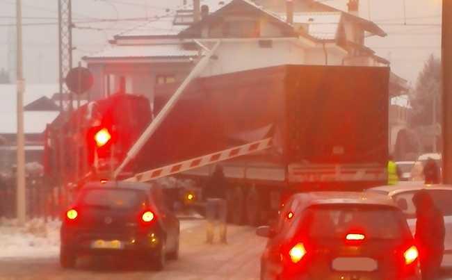 camion incastrato binari