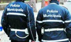 Polizia locale agenti spalle