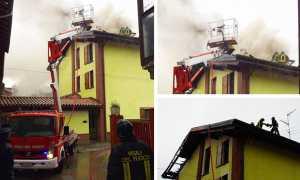 incendio tetto vigili fuoco